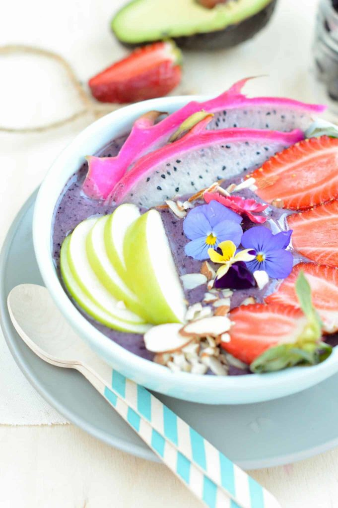 Berry Smoothie bowl recipe with banana, blueberry, almond milk and acai powder. A delicious Vegan Healthy Breakfast bowl to start your day with vitamins and energy. Clean eating breakfast smoothie.