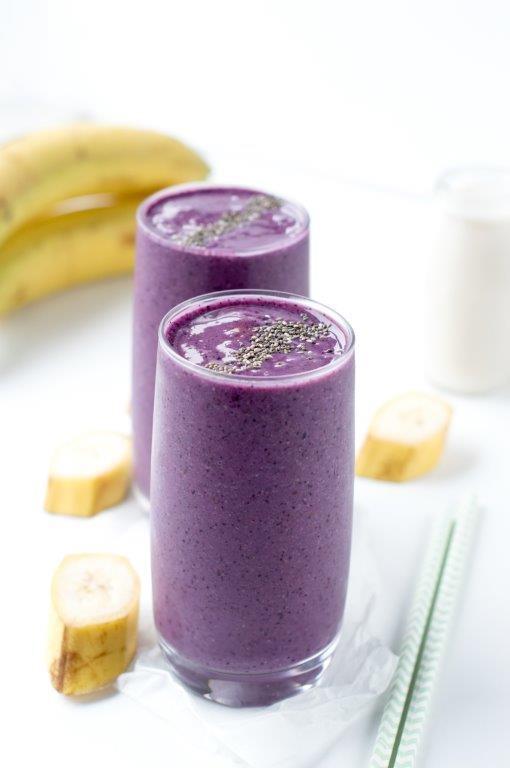 Purple smoothie with blueberries, chia seeds, red cabbage and banana. An easy 4 ingredients anti oxydants dairy free blender smoothie with almond milk laoded with vitamins C. #smoothie #almond milk #blueberries #dairyfree