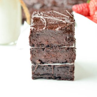 Sugar free brownies with dates. The best fudgy date brownie recipe, 100% vegan, paleo and gluten free with no refined ingredient or added sweetener. Clean eating brownie.