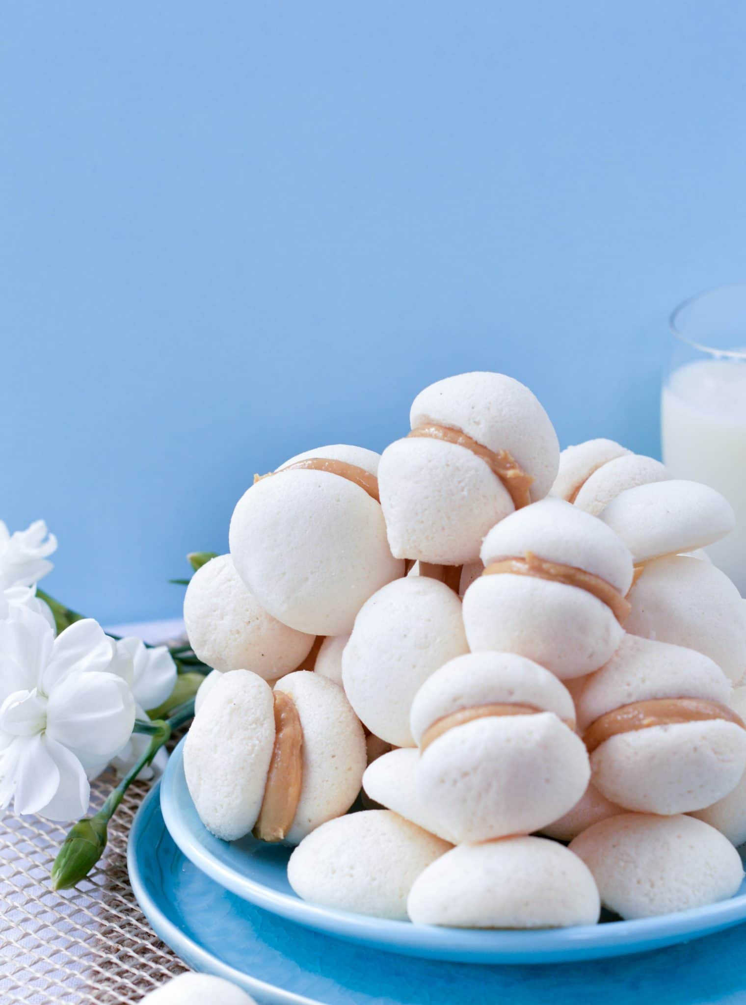 Aquafaba meringue cookies are delicious vegan meringue kisses made of chickpeas brine and stuffed with peanut butter. Sugar free option provided.
