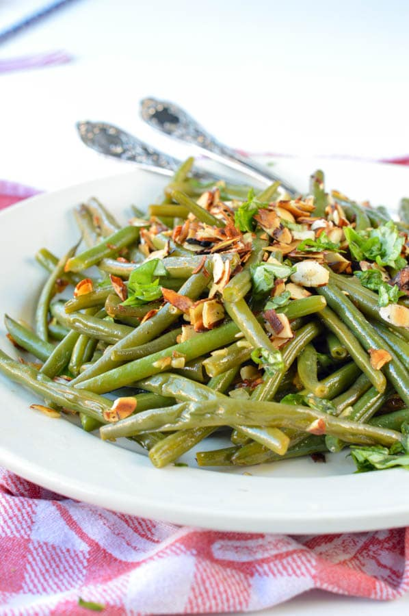 AUTHENTIC FRENCH GREEN BEAN recipe from my mum sauteed in olive oils with almonds, shallots, garlic and deglazed with lemon juice. An easy side dish for Holidays, Christmas or Thanksgiving. Dairy free + gluten free + vegan + low carb (8.6 g net carb/serve)