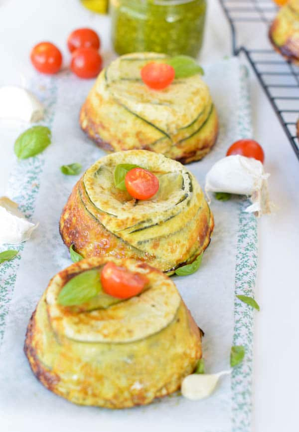 Single Serve CRUSTLESS ZUCCHINI QUICHE with Pesto and Parmesan. Low carb, 8.5g of net carbs per serve, fullfilling with 18.5g protein per serve. An healthy brunch recipe for the eggs lover. Clean eating quiche. Paleo + low carb. Muffin tin eggs recipe.