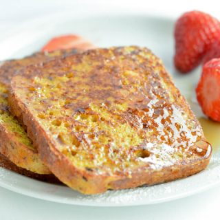 Paleo French Toast is a fun, easy and delicious sweet breakfast recipe perfect to fix your bread craving. Those french toast are made with a 100% gluten free, grain free and clean eating approved bread. If you love coconut flour, almond meal, eggs you will be amazed by this paleo french toast recipe. #paleo #frenchtoast