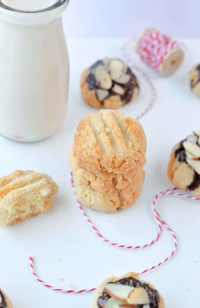Low Carb Shortbread cookies - Easy 4-ingredients Almond flour shortbread cookies 100% Sugar free, grain free, vegan and gluten free ! Perfect low carb cookies for the holidays #lowcarbcookies #cookies #christmascookies #almondflour