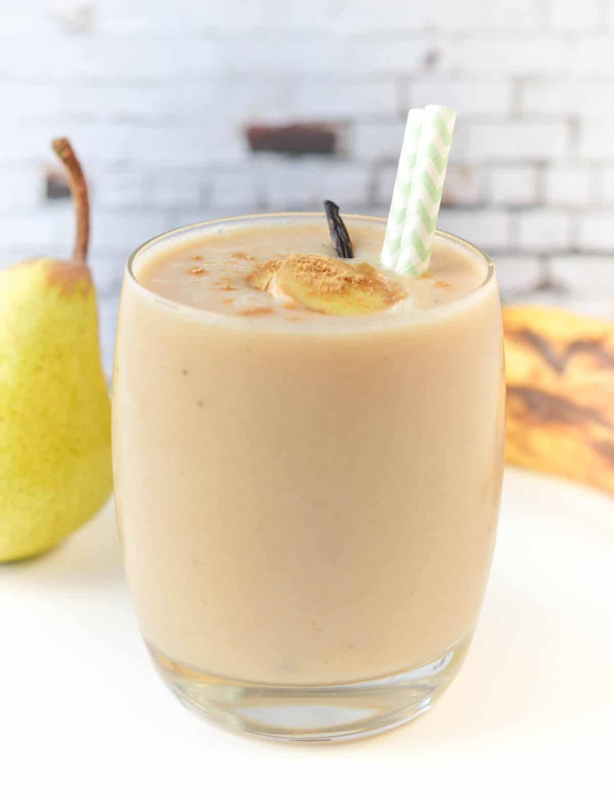 Banana Pear smoothie an healthy breakfast smoothie with almond milk and ginger. A delicious Vegan spices breakfast drink.