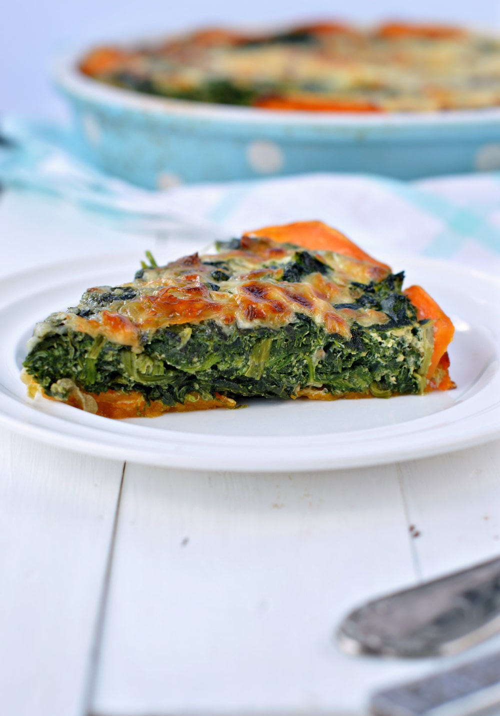 Healthy Sweet Potato Crust Quiche. A crustless paleo spinach quiche recipe perfect to incorporate into your whole30 plan. Dairy free as well !